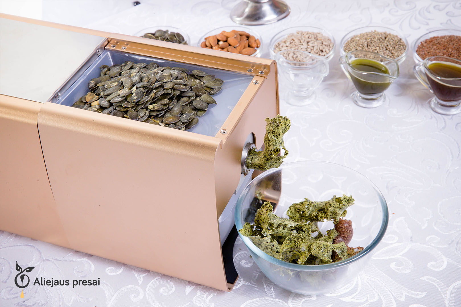 Namų sąlygomis buitiniu aliejaus presu spaudžiamas moliūgų sėklų aliejus