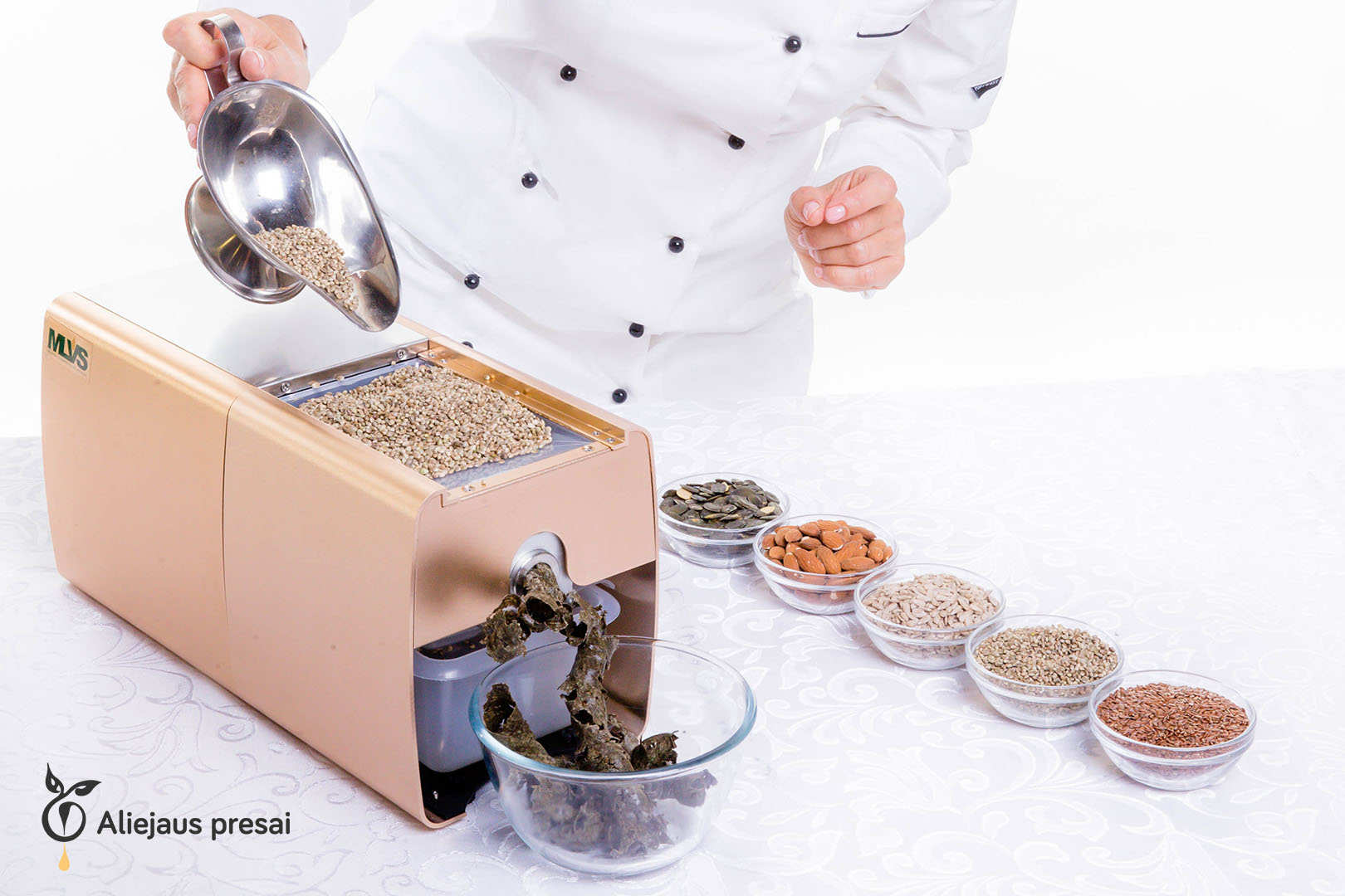 Buitinis aliejaus spaudimo presas kuriuo galite išsispausti aliejų iš juodgrūdės sėklų